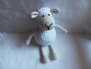 Hračky - Háčkovaná ovečka s mäkučkým bielym kožúškom - 11630665_