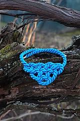 Výrazne modrý náhrdelník uzlový