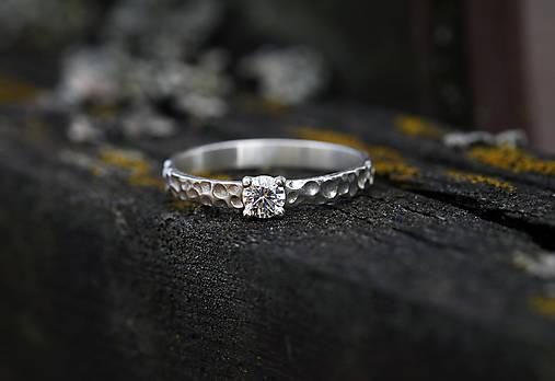 Prstene - Strieborný prsteň so zirkónom či iným kamienkom - 11650648_