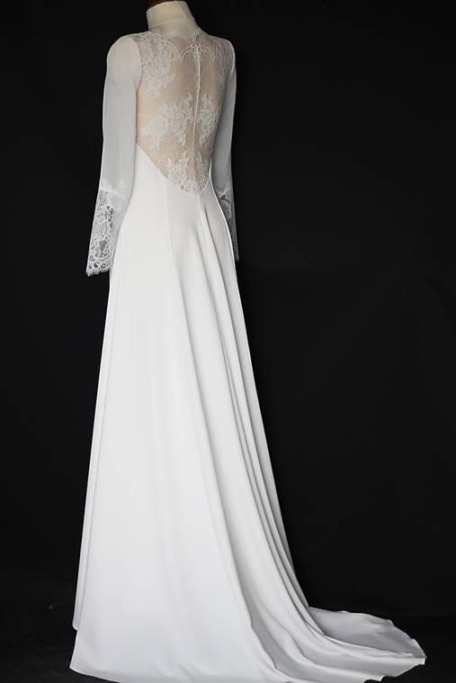Svadobné šaty Áčkového strihu s krajkou na chrbáte