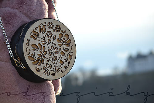Drevená folk kabelka kožená Dorka a kvety okrúhla Odzuzičky