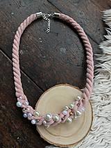 Náhrdelníky - Pudrový pošitý perličkami - 11661973_