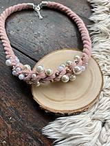 Náhrdelníky - Pudrový pošitý perličkami - 11661974_