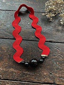 Náhrdelníky - Černé korále na červené vlnce - 11661825_