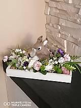 Dekorácie - Veľkonočná dekorácia so zajačikom na drevenom podnose - 11660165_