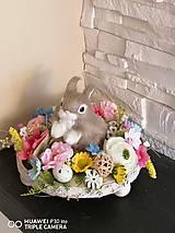 Dekorácie - Veľkonočná farebna dekorácia so zajačikom na drevenom podnose - 11660367_