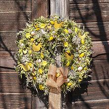 Dekorácie - Prírodný jarný veniec so sliepočkami - 11663626_
