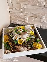Dekorácie - Veľkonočná dekorácia s hniezdom a vtacikom na drevenom podnose - 11662670_