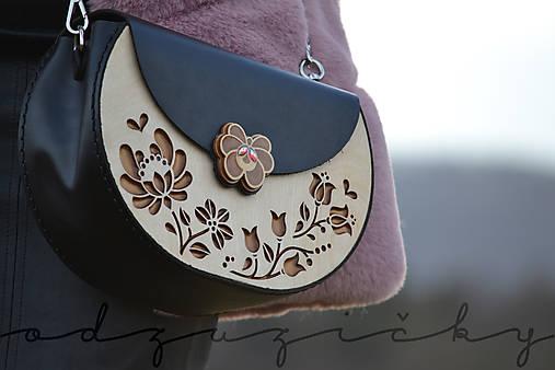 Drevená folk kabelka kožená Dorka a kvety exkluzív Odzuzičky (Čierna s popruhom)
