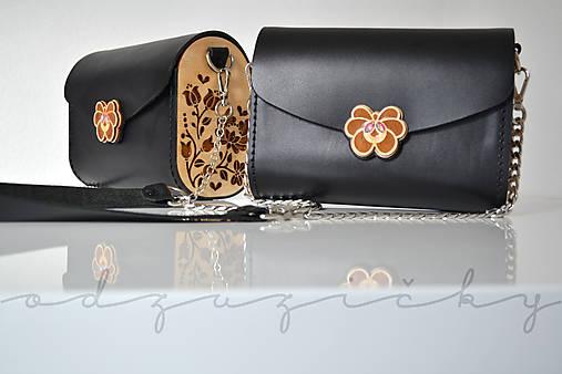 Drevená folk kabelka kožená Dorka a kvety Odzuzičky (Čierna s popruhom)