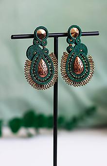 Náušnice - Smaragdovo-medené šujtášové náušnice so Swarovski kryštálmi - 11673896_