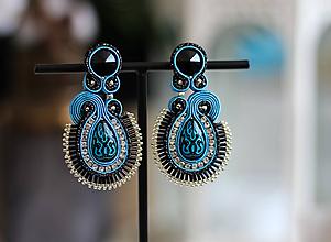 Náušnice - Modro-čierne šujtášové náušnice so Swarovski kryštálmi - 11673920_