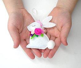 Dekorácie - Veľkonočná dekorácia s venčekom (zajačik) - 11677308_
