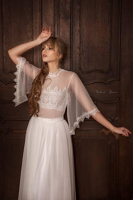 Svadobné šaty z bodkovaného tylu s volánovými rukávmi
