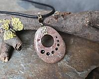Náhrdelníky - Postupnosť - kamenný prívesok s mosadzou - 11686650_