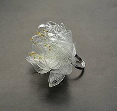 Prstene - Prsteň biely kvet z recyklovaných PET fliaš - 11687490_