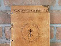 Pomôcky - Kolekcia Pán Prsteňov - Drevený zápisník Hobit - 11689351_