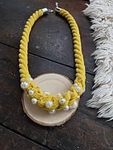 Náhrdelníky - Žlutý náhrdelník pošitý perličkami - 11696671_