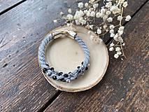Náramky - Šedý náramek pošitý černými perlami - 11696718_