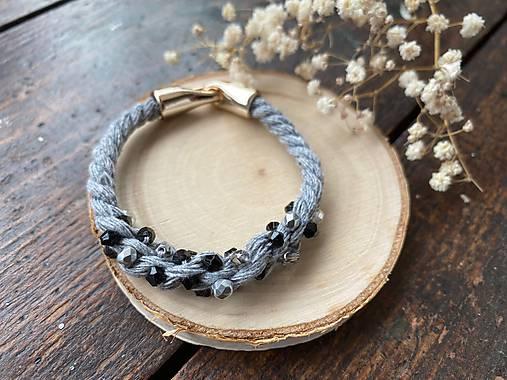 Šedý náramek pošitý černými perlami