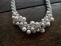 Náhrdelníky - Šedý náhrdelník pošitý pudrovými perlami - 11699726_