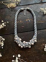 Náhrdelníky - Šedý náhrdelník pošitý pudrovými perlami - 11699727_