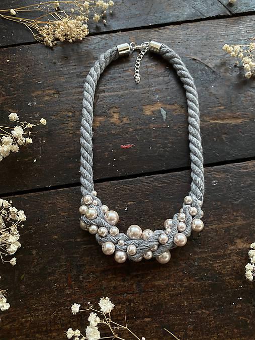 Šedý náhrdelník pošitý pudrovými perlami
