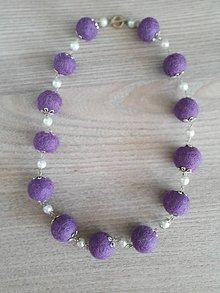 Náhrdelníky - Fialky s perlou - plstený náhrdelnik - 11709627_
