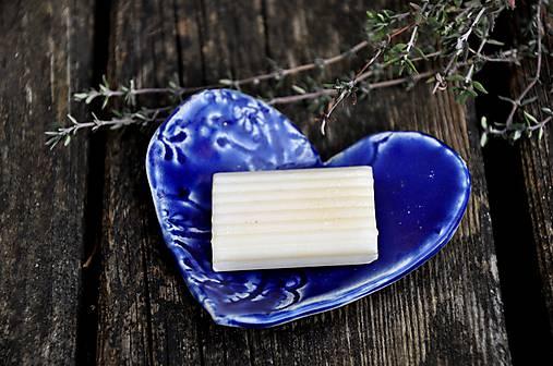 modrá mydelnička v tvare srdca