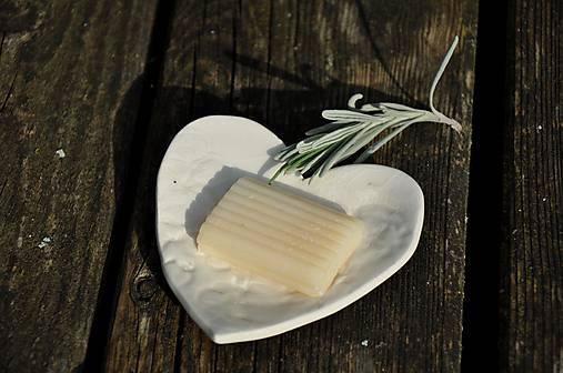 biela mydelnička v tvare srdca