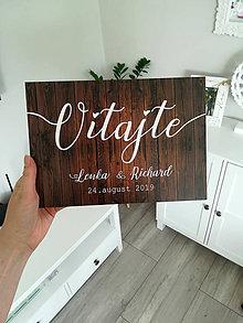 Tabuľky - Svadobná tabuľa Vitajte na našej svadbe (Drevený dizajn Vitajte väčší) - 11714627_