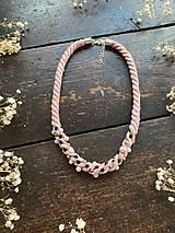 Náhrdelníky - Pudrový náhrdelník pošitý perlami - 11721346_