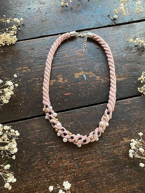 Pudrový náhrdelník pošitý perlami
