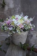 Aranžmán v čipkovanom kvetináči
