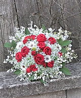 Dekorácie - Kytica: červené ruže v objatí konvaliniek - 11730165_