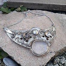 Náhrdelníky - Cínovaný náhrdelník Aithér s krištáľom - 11736172_