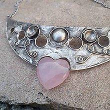 Náhrdelníky - Cínovaný náhrdelník Afrodita s ruženínom - 11736181_