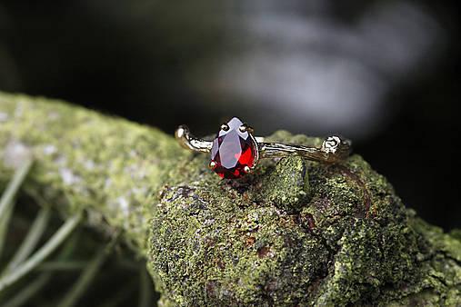 Prstene - Vetvičkový v žltom zlate s červenou kvapkou - 11738205_