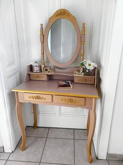 Romantický kozmetický stolík