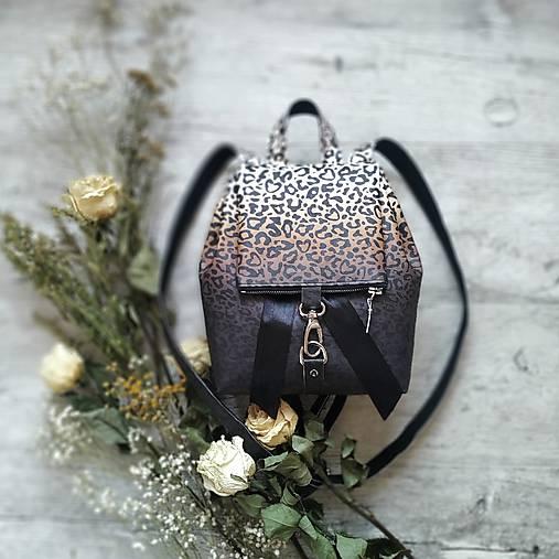 Ruksak CANDY backpack - leopardí vzor so srdiečkami (hnedý prechod)