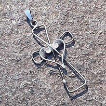 Náhrdelníky - Cínovaný prívesok krížik so ♥ jednoduchý - 11750401_