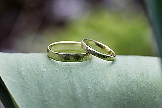 Prstene - Dva kované snubné v zlate - 11755768_