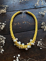 Náhrdelníky - Žlutý náhrdelník pošitý perlami - 11780666_