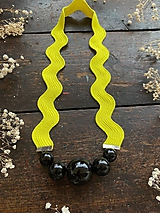 Náhrdelníky - Černé korále na žluté vlnce - 11781060_