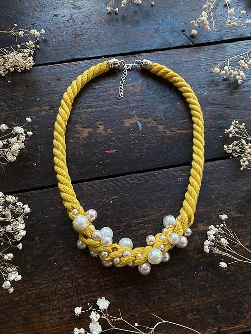Žlutý náhrdelník pošitý perlami