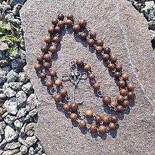 Náhrdelníky - Drevený ruženec s cínovaným krížikom (I.) - 11784805_