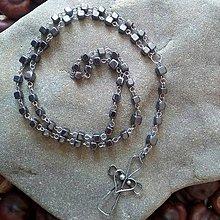Náhrdelníky - Hematitový ruženec s cínovaným krížikom - 11785038_