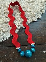 Náhrdelníky - Petrolejové korále na červené vlnce - 11784544_