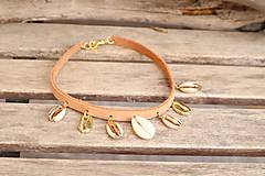 Náhrdelníky - Kožený choker náhrdelník s mušľami - 11782841_