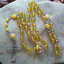 Náhrdelníky - Korálikový ruženec s cínovaným krížikom (žltý) - 11787131_